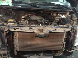Для снятия двигателя, необходимо снять переднюю панель с радиаторами.