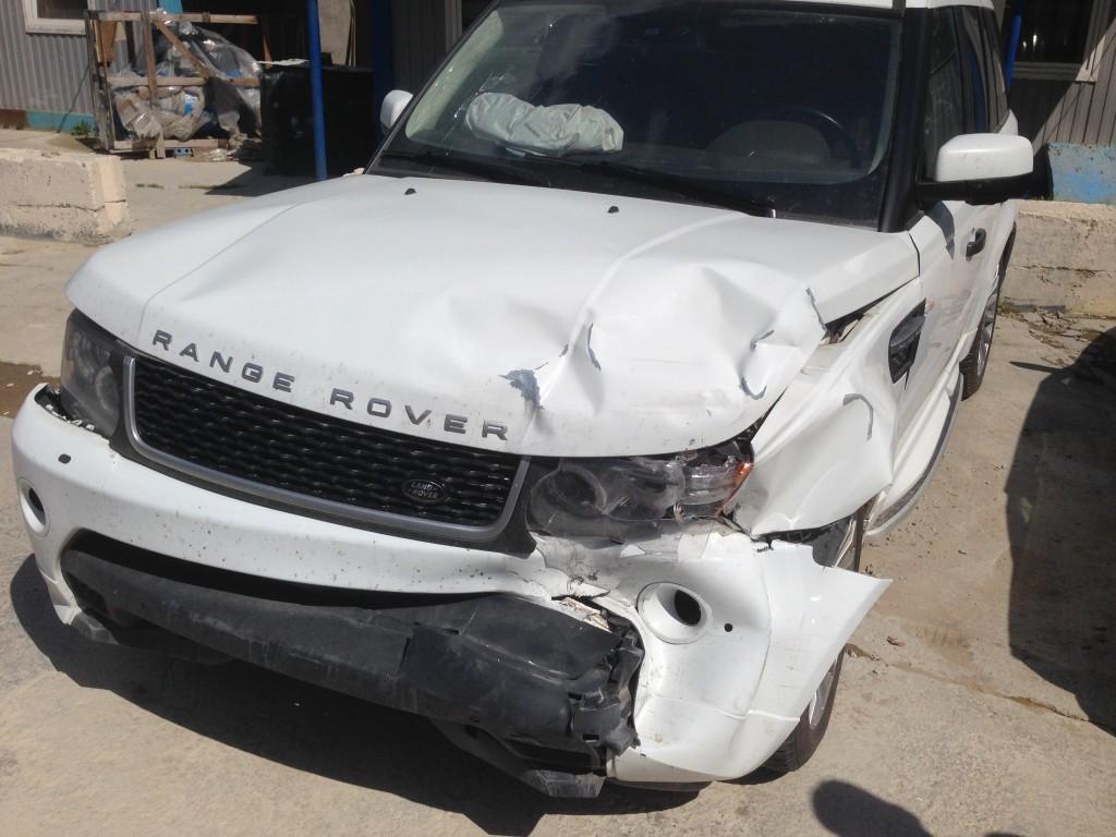На первый взгляд не сильный удар передней левой части Range Rover, но в процессе дефектовки машины Выявлены повреждения геометрии кузова, которые необходимо устранить путём замены металлического брызговика и поперечного усилителя кузова.
