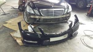 Для того что бы отремонтировать и покрасить бампера на данном автомобиле Мерседес Бенц Е класс, необходимо снятие и в дальнейшем, после ремонта установка бампера.
