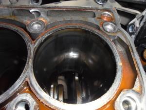Проводится замер блока цилиндров, по результатам проверки: необходимо заменить гильзы цилиндров.