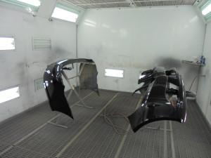 После того как камера выполнила полный цикл сушки, покрашенные бампера выносятся из камеры и остывают. Далее происходит процесс сборки бамперов и установки на авто. При необходимости детали полируются для придания максимального блеска бамперам.