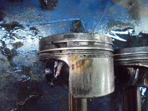 Поршень 1 цилиндра, задиры, разрушение (прогорел)