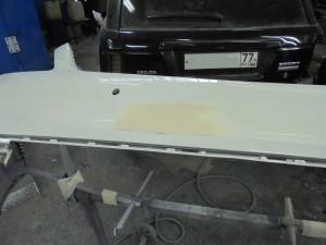 После данной проделанной работы, бампер вышкуривается (снимается старое лакокрасочное покрытие), заново грунтуется и вышкуривается. Следующим этапом бампер заносится в покрасочную камеру, обезжиривается, наносится несколько слоёв краски (на данном авто краска ксералик, она наносится примерно в 5 слоёв), выдерживается межслойная сушка после каждого слоя краски, после чего наносится глянцевый лак.