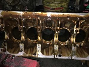 Блок цилиндров разобран, в данном случае, будут изготовлены новые гильзы и произведена замена.