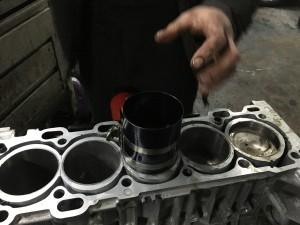 При помощи оправки для поршневых колец, поршни устанавливают в блок цилиндров.