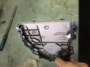 Верхняя крышка ГБЦ с новой прокладкой и нанесенным герметиком.