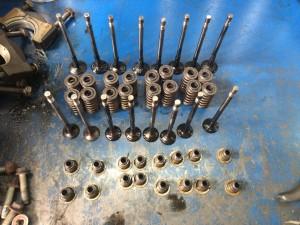 Производится притирка клапанов, замена маслосъемных колпачков, направляющих клапанов.