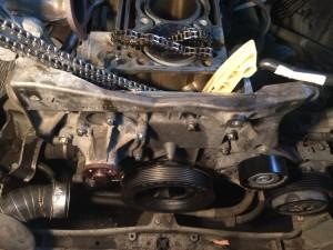 Производится установка передней крышки двигателя, шкива коленчатого вала, насоса системы охлаждения.