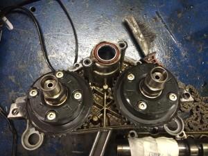 Демонтируем шестерни изменения фаз газораспределения, на фото хорошо видно износ зубьев на обеих шестернях.