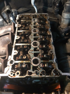 Демонтируем нижнюю часть головки блока цилиндров с клапанным механизмом.
