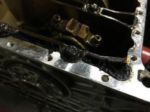 Блок цилиндров, также покрыт маслеными отложениями, масленые каналы системы смазки ДВС наполовину забиты, это приводит к масленому голоданию и нарушению работы системы смазки ДВС, а затем приводит к поломке двигателя.