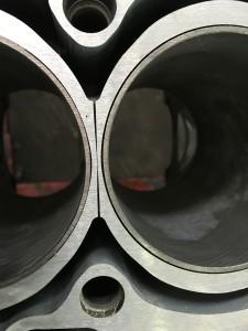 На фото блок цилиндров с установленными новыми гильзами, так же произведена шлифовка по плоскости.