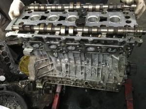 На автомобиле Volvo S80 ГБЦ собрана и готова к установке, производится установка распредвалов, крышки распредвалов, устанавливается зубчатый привод распредвалов (ГРМ),и остальное навесное оборудование, собранный ДВС соединяют с АКПП