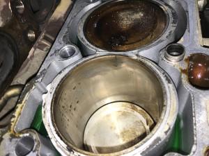 Детальный осмотр цилиндров выявил трещины в гильзах, в 3-х цилиндрах, на фото трещина гильзы 2 цилиндра.